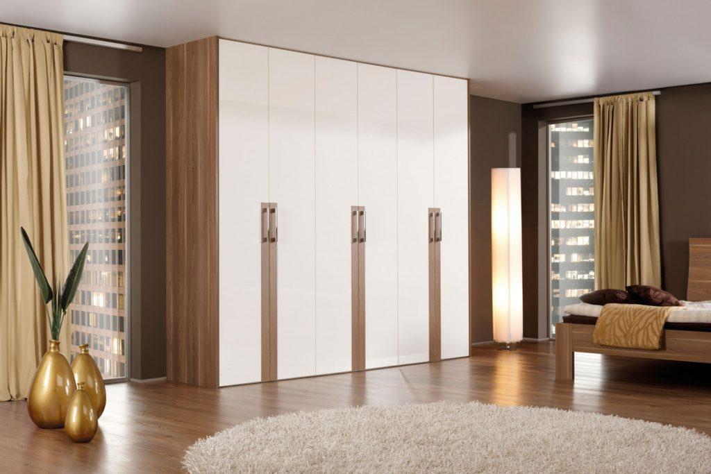 Vgradne omare s klasičnimi vrati