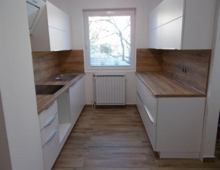 Kuhinja Nobilia v kombinaciji bele in lesa
