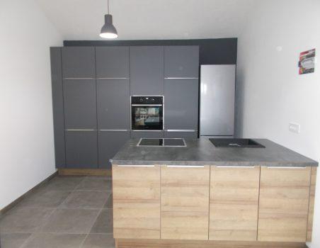 Kuhinja z otokom v kombinaciji sive in lesa