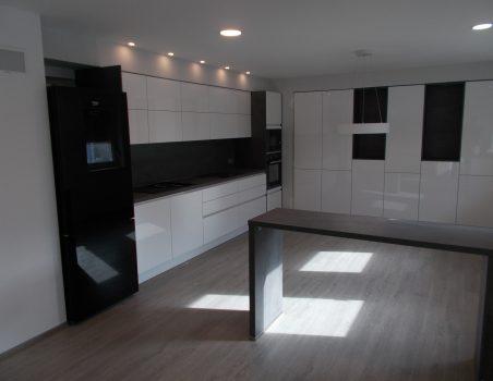 Brezročajna sivo-bela kuhinja Nobilia